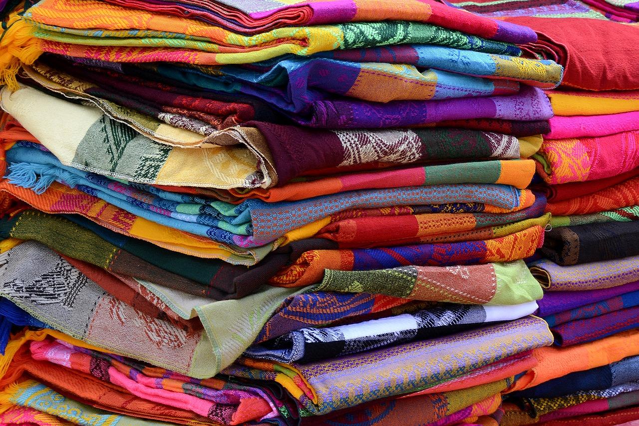 Żakard – rodzaje i zastosowania tkaniny żakardowej